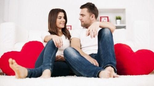 Możliwość odbudowy związku. Kobieta z partnerem siedzą na dywanie