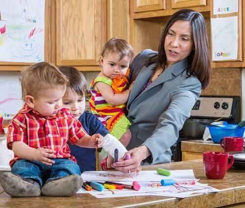 zapracowane mamy matka w kuchni z dziećmi