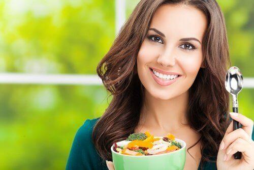 dieta zbilansowana kobieta je sałatkę
