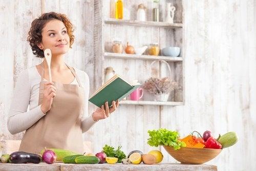 Kobieta w kuchni zastanawia się nad organizacja diety Zdrowa dieta