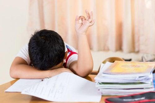 zmęczone dziecko przy lekcjach
