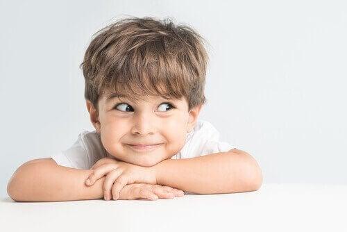 zwariowany chłopczyk na białym tle