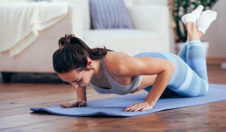 Zestawy ćwiczeń na smukłe ramiona – Nie przegap!