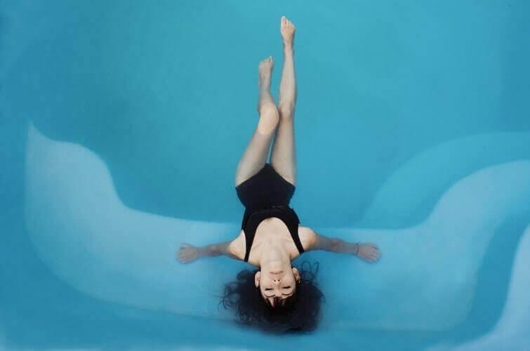 ćwiczenia relaksacyjne kobieta odpoczywa w basenie