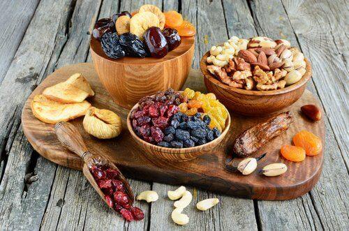 Suszone owoce i orzechy w miseczkach