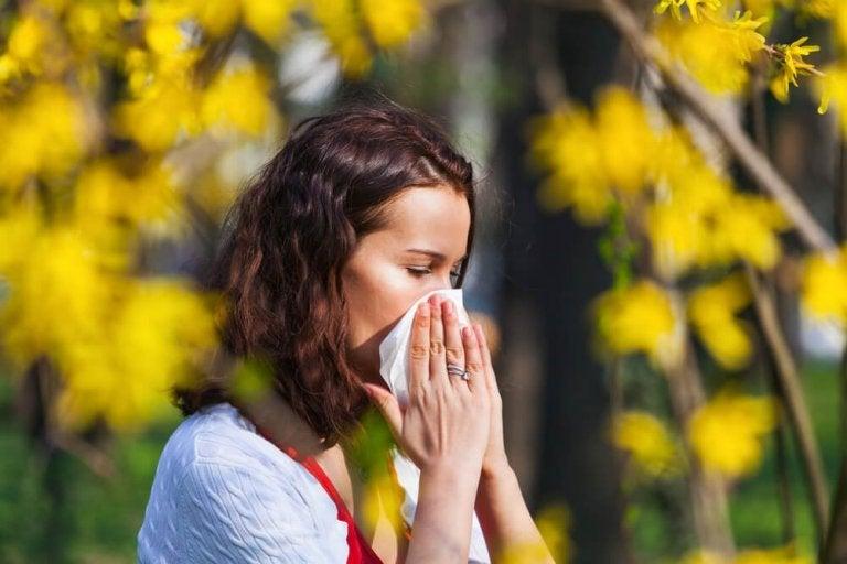 Kobieta z alergią na pyłki.