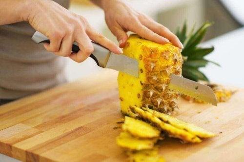 Krojenie ananasa Detoks owocowy z ananasem i papają