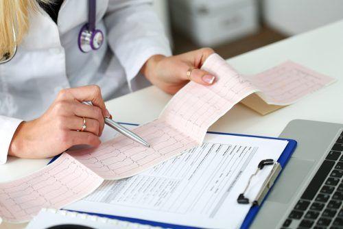 Badanie EKG - lekarz przy pracy