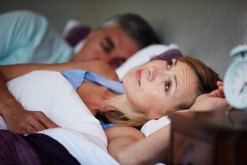 Kobieta nie może zasnąć bo partner mówi przez sen