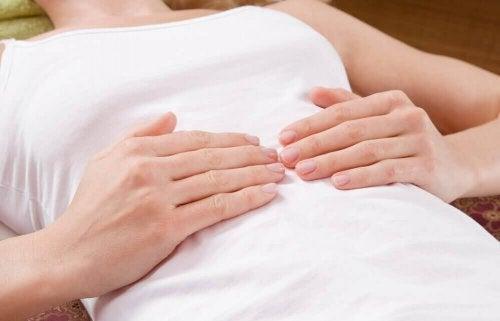 Stłuszczenie wątroby objawia się bólem brzucha.