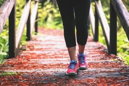 Stawiaj stopy poprawnie i wybieraj odpowiednie obuwie.
