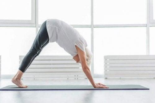 kobieta rozciąganie się ćwiczenie