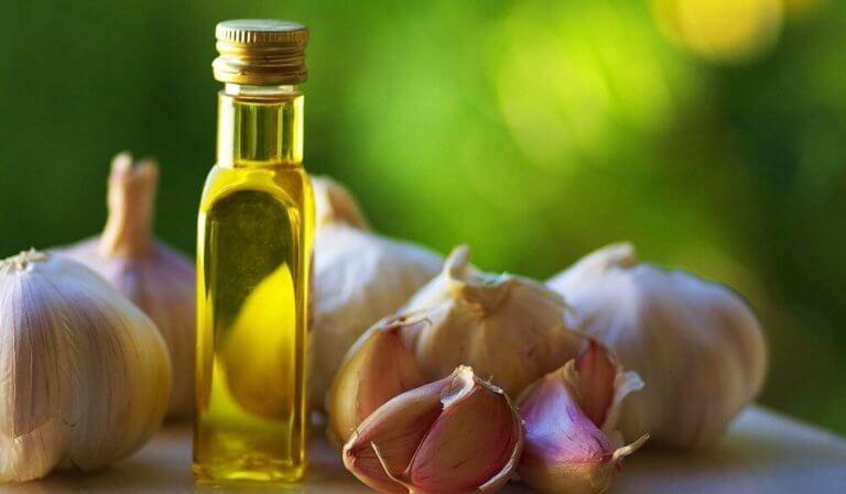 czosnek i oliwa na mocne i lśniące paznokcie