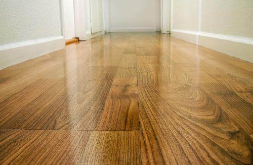 Dbanie o podłogę drewnianą – cztery sposoby