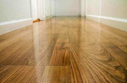 Dbanie o podłogę drewnianą - cztery sposoby