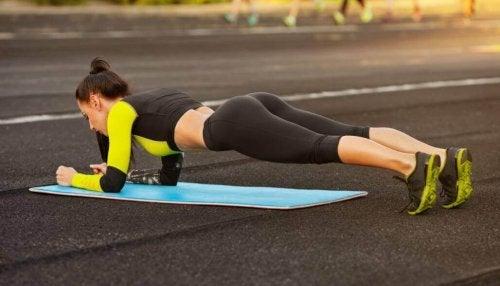 deska - ćwiczenie na mięśnie brzucha
