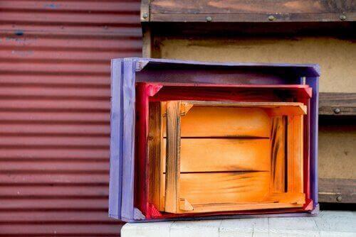Drewniane skrzynki możesz zamienić na wielofunkcyjne meble.