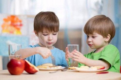 dzieci jedzą owoce