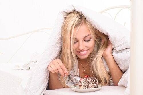 dziewczyna jedząca ciasto