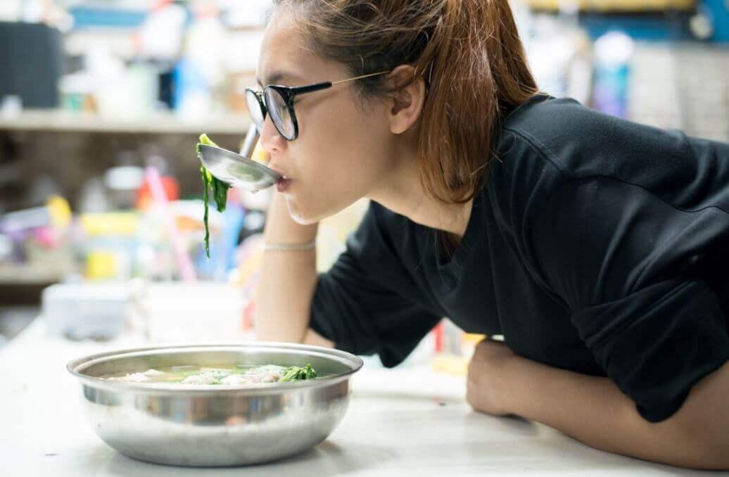 Dziewczyna próbująca zupę