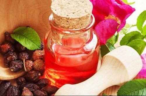Maska z masła shea i róży zapewni Ci idealne nawilżenie suchych pięt.