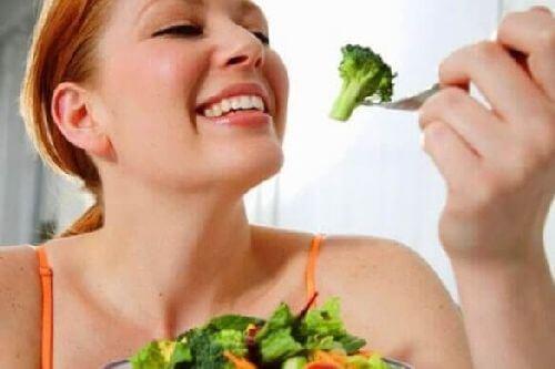 Jedzenie brokułów