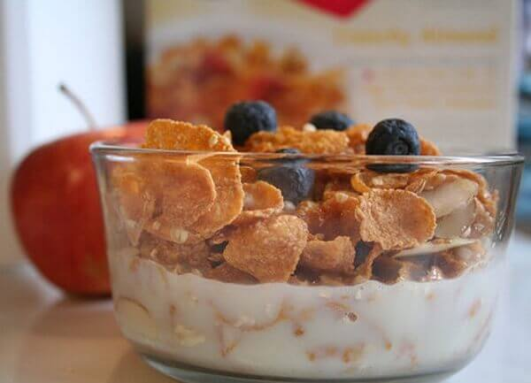 jogurt i płatki śniadaniowe to zdrowe śniadanie dla dzieci