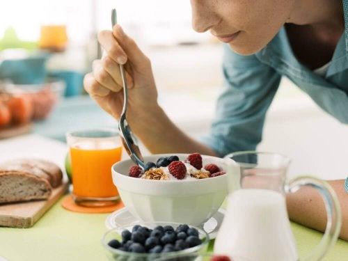 jogurt z malinami i płatkami a idealna dieta odchudzająca