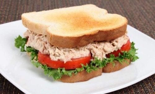 Przepis na kanapkę z tuńczykiem - zdrowa przekąska
