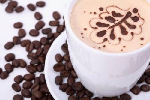 kawa w filiżance i w ziarnach