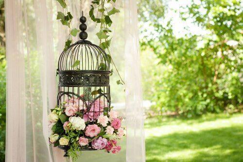 Klatkę możesz wypełnić kwiatami bądź lampkami.