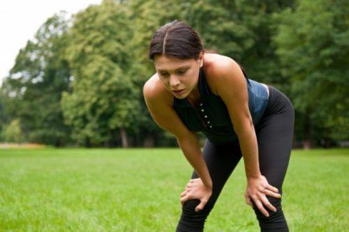 kobieta ćwiczy w parku
