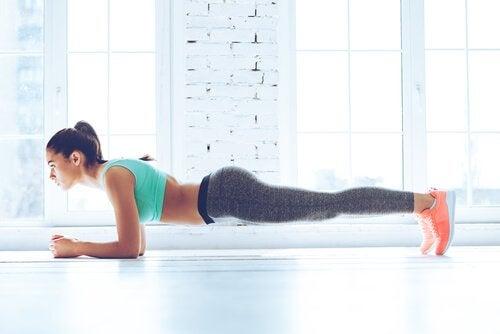 kobieta ćwicząca planka