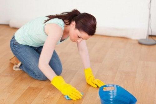 Kobieta myjąca podłogę