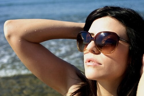 Dziewczyna w okularach przeciwsłonecznych.