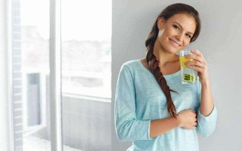 kobieta pijąca wodę z cytryną