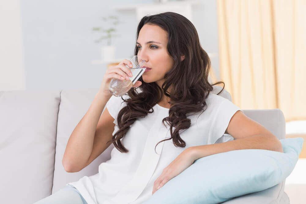 zdrowy tryb życia, kobieta pije wodę