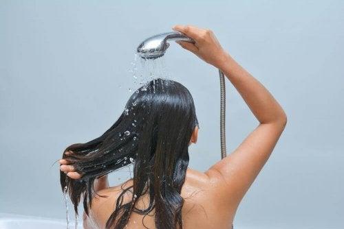 mycie głowy a grzybica skóry