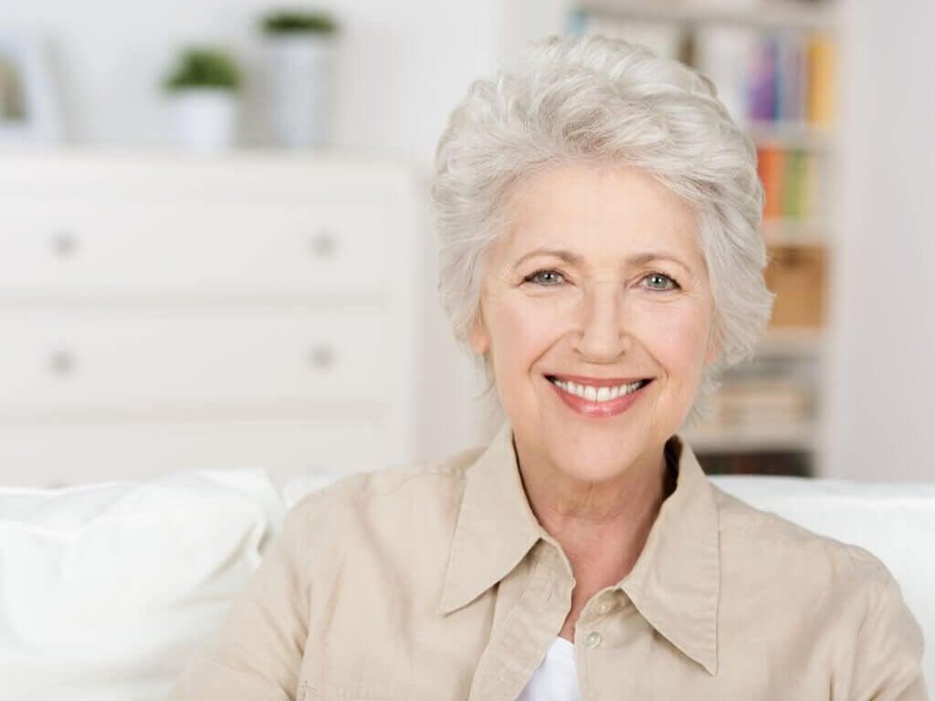 Siwe włosy - estetyka a dojrzałość. Jaka jest prawda?