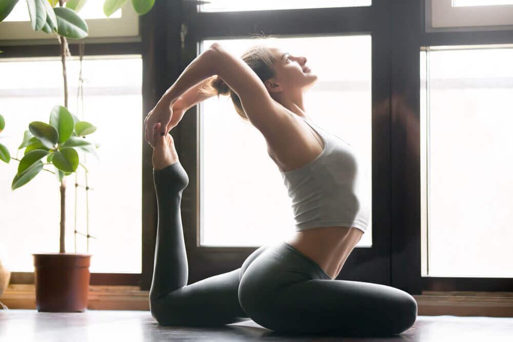 Kobieta w pozycji jogi