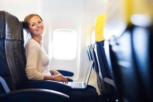 Czytanie czy oglądanie filmu – a więc odwrócenie uwagi – to świetny sposób na uspokojenie podczas lotu.