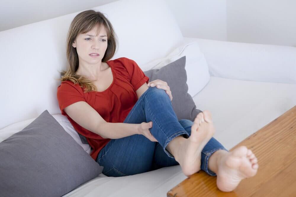 Kobieta z nogami opartymi o stół