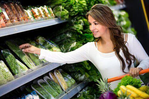 Kobieta kupująca warzywa mając ograniczony budżet.