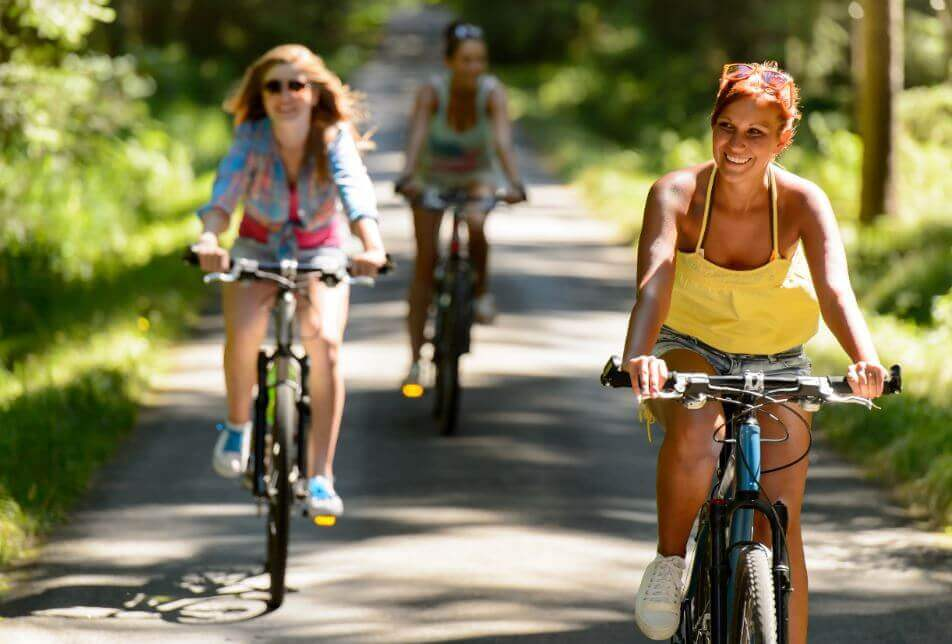 Kobiety jadące na rowerze