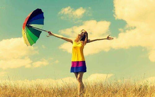 Kolorowe ubranie. kobieta z kolorowym parasolem