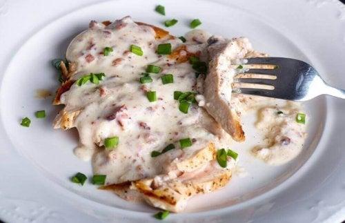 Pierś z kurczaka w sosie serowym - łatwy i smaczny przepis