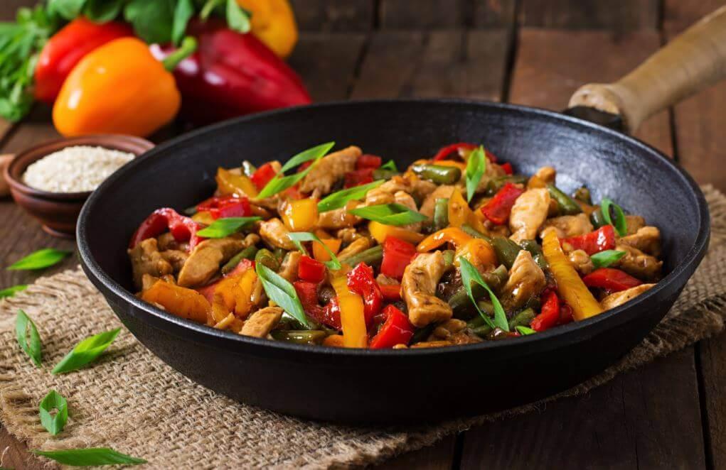 Smażony kurczak z warzywami