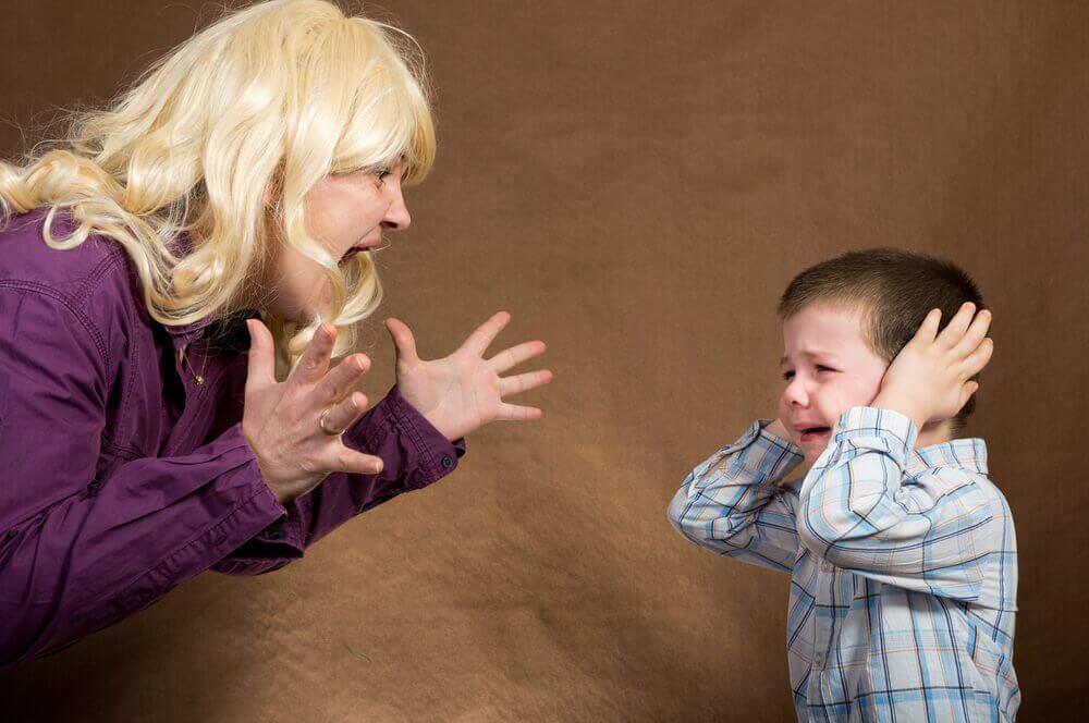 Jak wychować dziecko? Matka krzycząca na synka