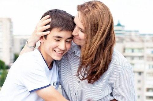 matka przytulajaca dziecko