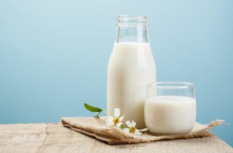 Mleko w butelce i w szklance